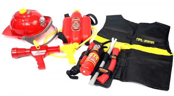 XXL 8-teiliges Feuerwehr Set | Helm, Wasser-Spritze mit Tank, Warn-Weste, Taschenlampe, funktionsfähiger Feuerlöscher, Axt, Stemmeisen, Gürtel